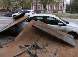 Крыша старого дома упала на припаркованную рядом иномарку в Волгограде