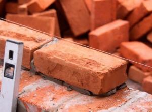 Застройщик обвиняет чиновников в создании препятствий при строительстве жилья для переселенцев под Волгоградом