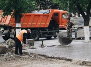 Тротуар и зеленую зону обустраивают на Первой Продольной магистрали Волгограда