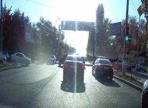 В Волгограде на оживленном перекрестке исчез знак запрета левого поворота