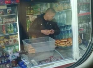 Продавец пирожков с немытыми руками вызвал шквал негодования волгоградцев