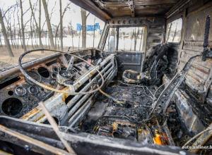 Военный тягач загорелся в городском парке Волжского