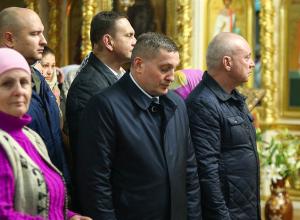 Пасху волгоградский губернатор встретил в окружении приближенных