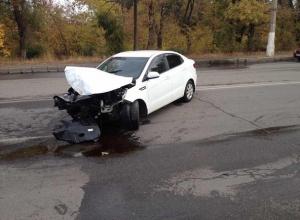 Водитель на Kia Rio протаранил столб в Волгограде и убежал, прикрыв номер авто