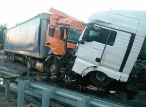 Прицеп грузовика Mercedes вылетел на встречу фуре под Волгоградом