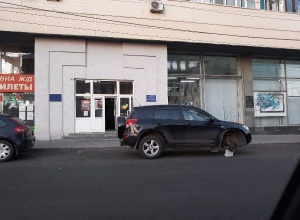 В центре Волгограда средь бела дня сняли три колеса с иномарки