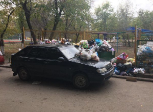 Брошенную на помойке «девятку» завалили мусором на севере Волгограда