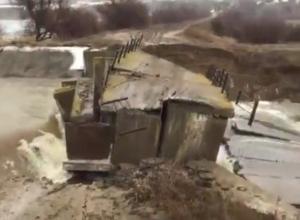 На видео попал прорыв плотины в селе Волгоградской области