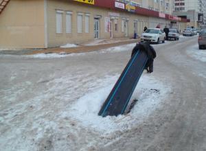 Больше двух лет автомобилисты юга Волгограда в шоке от езды по открытым люкам