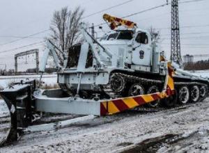 Танк пытается очистить от снега запущенную дорогу на севере Волгограда