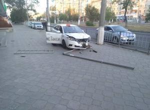 Уснувший за рулем водитель такси протаранил дорожное ограждение на севере Волгограда