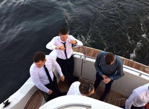 Парад тщеславия: выпускники Волгоградской академии МВД устроили массовый заезд на Land Cruiser Prado и элитной яхте