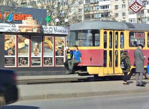 Двое волгоградцев прокатились по городу снаружи трамвая