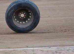 В Волгограде у несущейся «десятки» оторвалось колесо и вылетело на оживленный перекресток