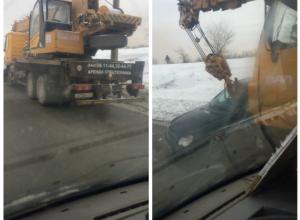 Подъемный кран подмял под себя иномарку на Второй Продольной Волгограда