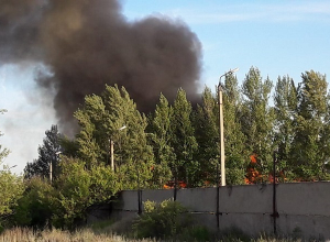 Облако черного дыма охватило бывшую военную часть под Волгоградом