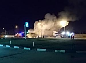 КамАЗ с прицепом загорелся на дороге в Волгограде