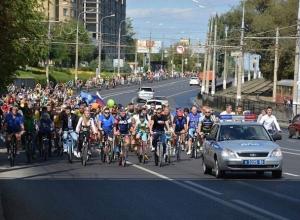 Сотни волгоградцев стройной колонной пронеслись по городу на велосипедах
