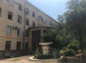 Жертву 80-летней пенсионерки-убийцы лечат неподалеку от места расправы в Волгограде