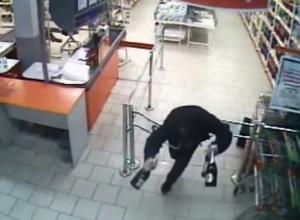 Молодой «Золушка» из Волгограда разбил шампанское и потерял кроссовки при попытке скрыться от охраны