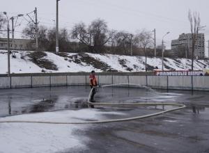 Ледовый каток на 800 квадратных метров заливают в Ворошиловском районе