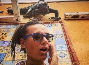 Известную волгоградскую спортсменку до ужаса напугала смотрящая со стены игуана