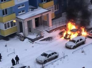 В городе-спутнике Волгограда попали на видео отчаянные попытки водителя спасти горящую иномарку