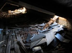 Капремонт крыши на севере Волгограда: дыры в кровле и сложенные у подъезда стройматериалы