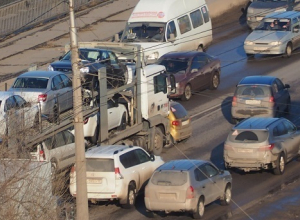 Автовоз подмял под себя Matiz на юге Волгограда