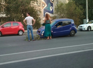 В центре Волгограда иномарка провалилась в яму на дороге