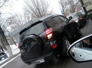 В Волгограде водитель крутого внедорожника поставил свою машину посреди дороги на «встречке»