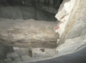 Аварийный дом с рухнувшим потолком администрация в Волгограде признала отличным для проживания