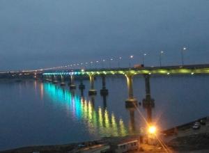 Мост через Волгу надел разноцветное убранство на глазах у тысяч волгоградцев