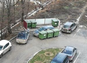 В качестве мусорки в волгоградском дворе используют иномарку