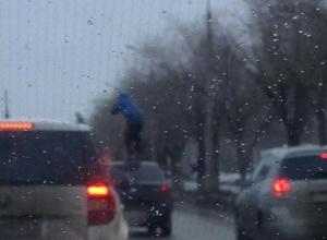 Неадекватный житель Волжского шокировал прохожих танцами на крыше такси