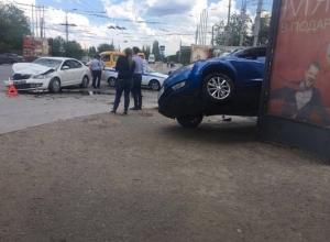 Кроссовер прыгнул на рекламный щит после столкновения со Skoda в Волгограде
