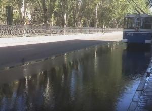 Зловонная река потекла из канализации в самом центре Волгограда