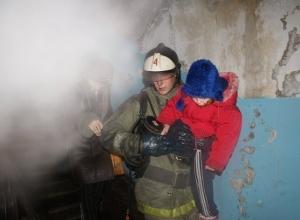 25 человек эвакуировали пожарные Волгоградской области во время тушения огня
