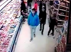 В Волгограде охранники супермаркета сломали покупательнице челюсть. Видео