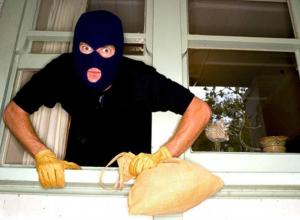 В Волжском грабитель угрожал хозяину квартиры шилом