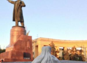 В День города в Волгограде открыли памятник хинкалине