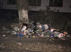 В огромную помойку превратили дворы на юге Волгограда