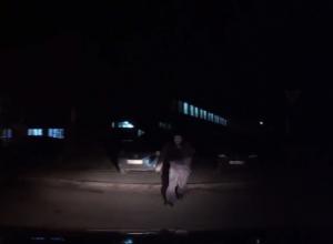 Нападение неизвестного в маске Гая Фокса на активиста Ульянова попало на видео
