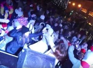 Волгоградцы на площади Павших борцов пели: «Праздник к нам приходит!»
