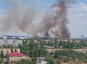 Спасатели ликвидируют крупный пожар на юге Волгограда