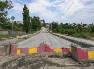 Спустя год после закрытия моста в поселке под Волгоградом власти начали его ремонт