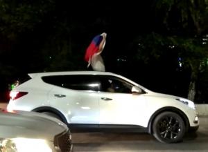 Вувузелы, сигнальные гудки и триколор: Волгоград устроил бессонную ночь по случаю победы российской сборной