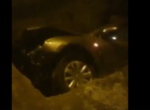 Иномарка улетела в ставшую уже знаменитой двухметровую яму в Волгограде