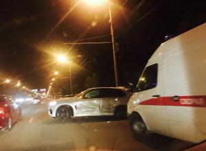 BMW X5 протаранил рекламный щит и столб после столкновения с Range Rover в Волгограде: двое в больнице