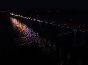 Украшенный разноцветной подсветкой «Танцующий мост» сняли с высоты птичьего полета
